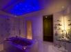 iluminatul-cu-spoturi-colorate-in-baie