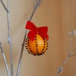 Decoratiuni de Craciun handmade: globulet din portocala
